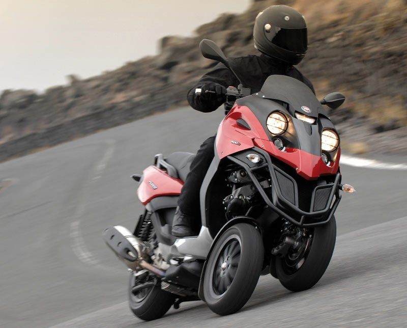 2009 Piaggio MP3 500 Scooter Review on Countersteer