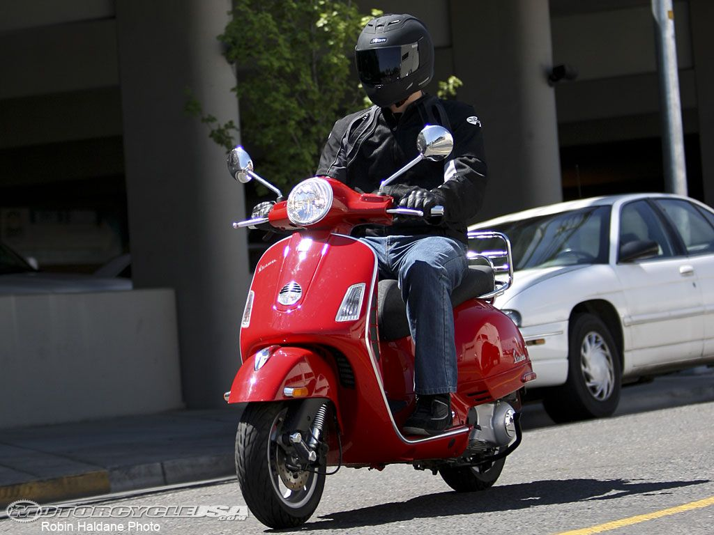 2008 Vespa GTS 250 Review on Countersteer