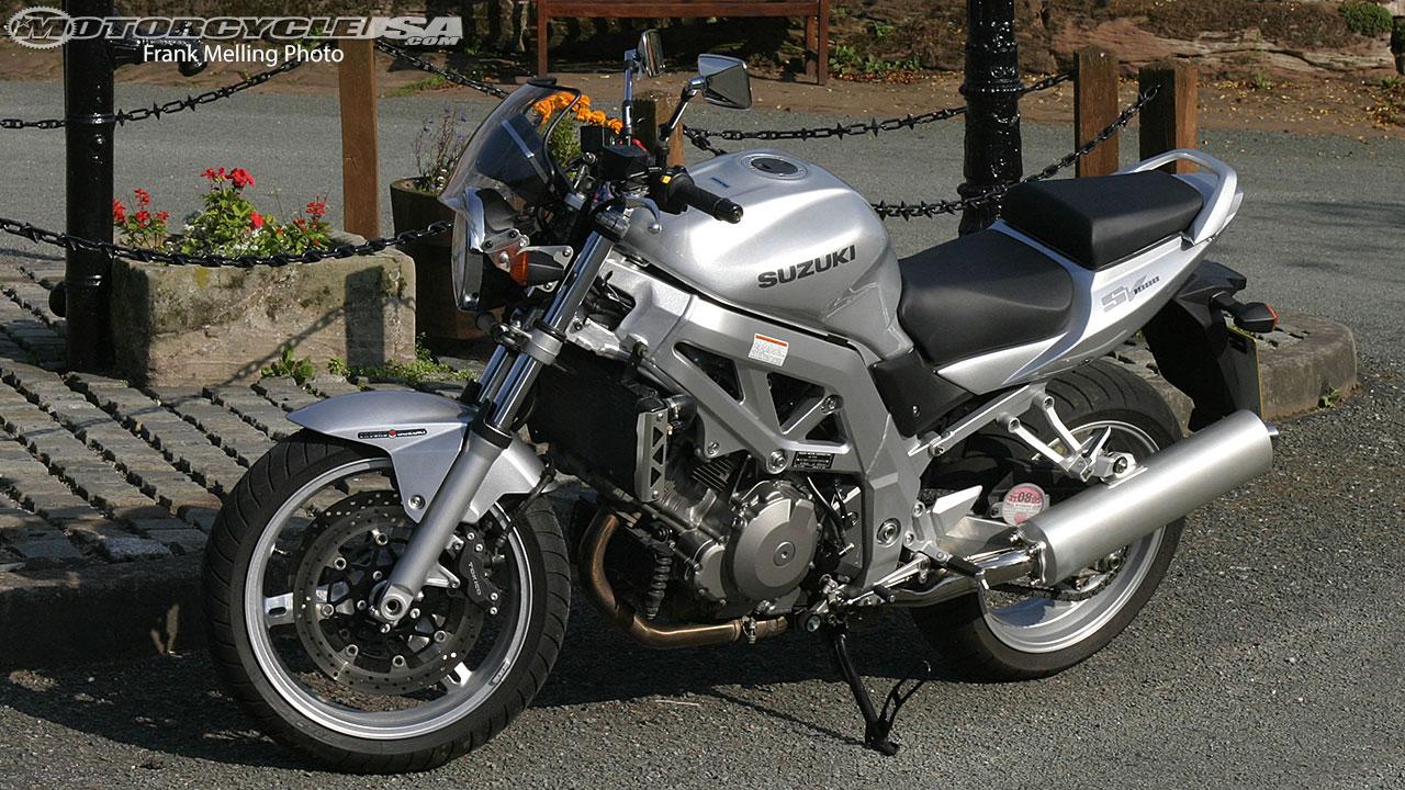 Verbazingwekkend Retro Ride: The Suzuki SV1000 Motorcycle on Countersteer BJ-25