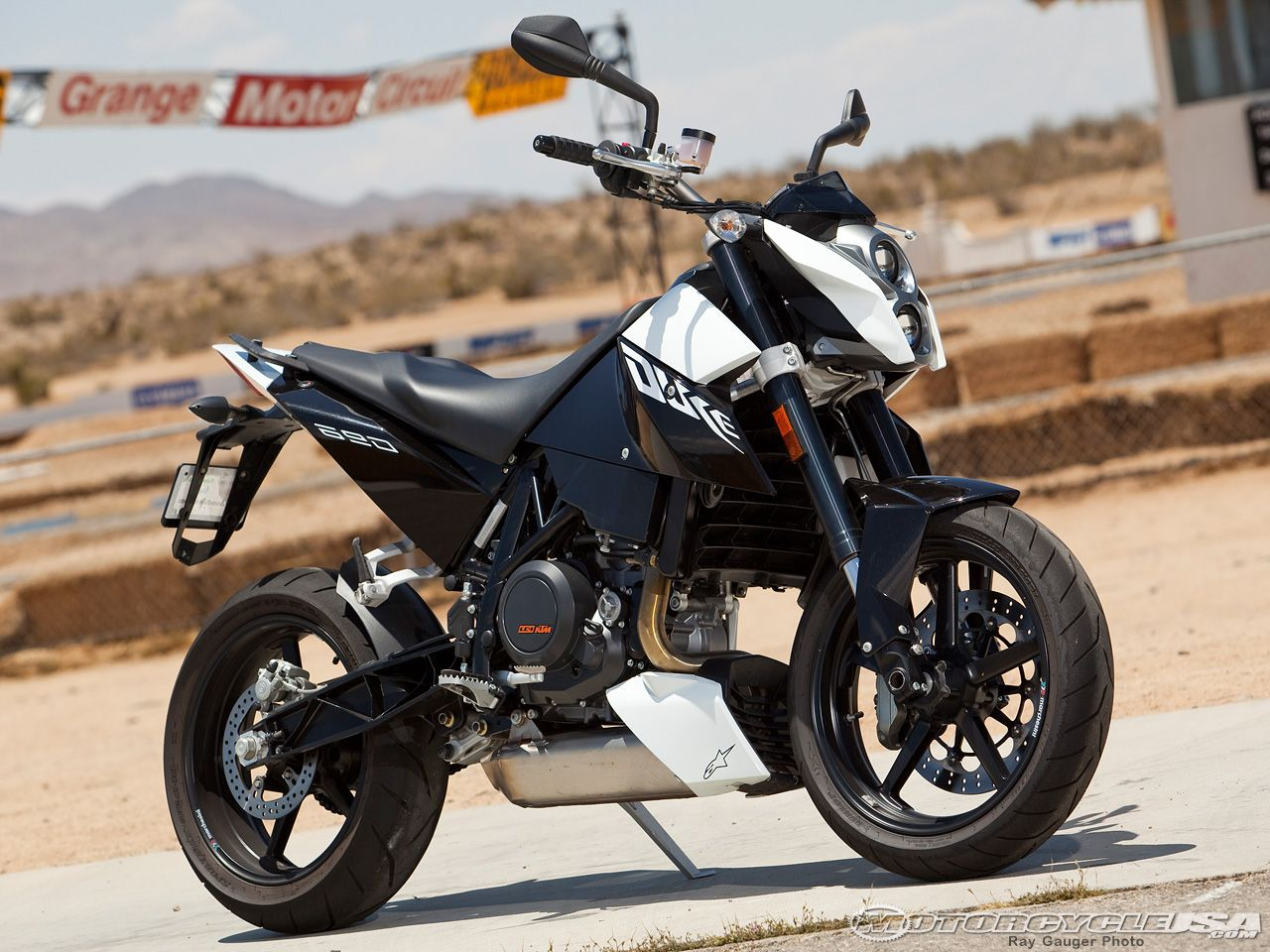 2010 KTM Duke 690 R First Look